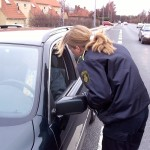 Færdselspolitiet har stikprøvekontrol i Gentofte. Bilisten her kørte uden sikkerhedssele og med mobiltelefonen ved øret.
